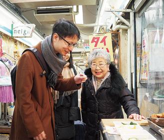 仲見世商店会を歩く以倉氏と石井会長(右)