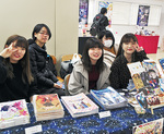 イラスト本を販売する学生たち