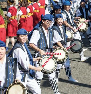 演舞する沖縄エイサー部(同大提供)