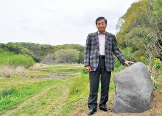 図師小野路歴史環境保全区域入口に設置された草木塔と小島会長(4月17日撮影。5月1日現在は「草木塔」「令和元年五月一日」と刻まれている)