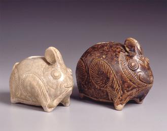 (左)灰釉兎形壺  (右)褐釉兎形壺クメール王国(タイ東北部)12〜13世紀