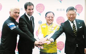 写真左から森岡キャプテン、モリーナ監督、石阪市長、山本代表