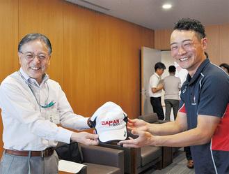 協会公認キャップ帽を石阪市長に手渡す奈良選手