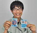 マンホールカードを披露する市職員