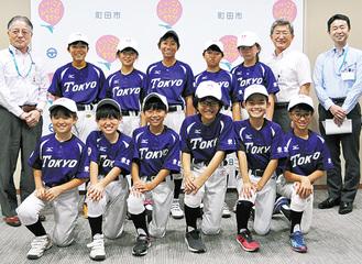 表敬訪問で全国大会出場を報告し、石阪丈一市長(左)たちに送り出された選手たち(7月30日)