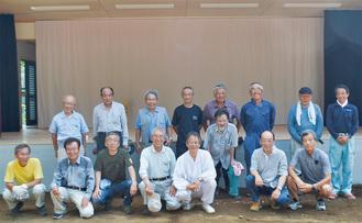 新築した神楽殿の舞台の前で。前列左から5人目が池田宮司、4人目が村野総代長=8月3日撮影