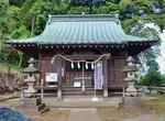 神楽殿の正面に建つ野津田神社の社殿