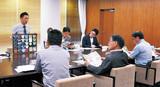 認定商品を石阪市長(写真中央)に説明する受賞者