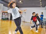 ダンスに磨きをかけるメンバーら(5日)