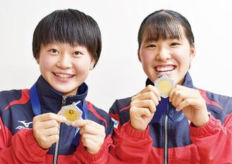 大会の優勝メダルを手に笑顔の根府選手(右)、西郡選手