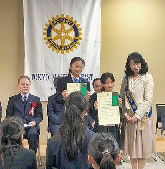 入賞者と記念撮影する渋谷会長(右)