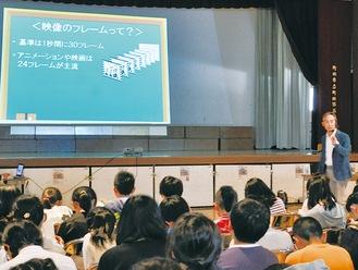 体育館で児童たちに講義する田原さん