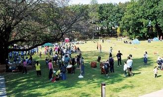 参加者でにぎわう鶴間公園