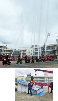 空高く吹き上げた一斉放水(写真上)と日々の練習成果を見せた救助演習(写真下)