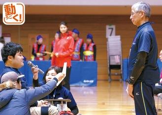 宮坂会長(写真左)の前で選手宣誓をする廣田卓未選手(町田Lien所属)