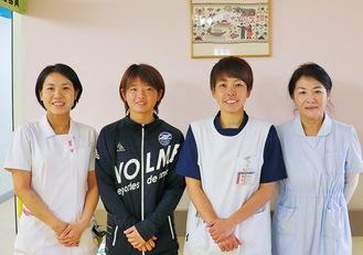 スタッフとして看護師を手伝うゼルビアレディースの選手(写真中央2人)。雇用のサポートも