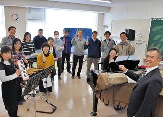 練習に力を入れる町田二小の教員たち(16日)