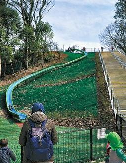 オープン当日、滑り台を楽しむ子どもたち(16日)
