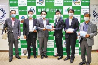 石川議長(左から3人目)にマスクを渡す保守の会一同