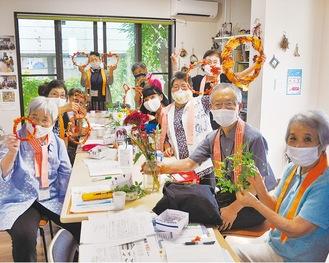 「雀のお宿」に参加したメンバーでリースづくり(8月27日)