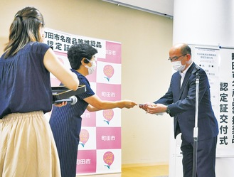 代表者に認定証を手渡す小口委員長(=写真中央)