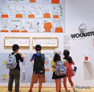 館内に飾られた展示物の中から答えを探す児童