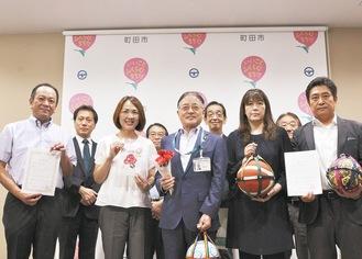 石阪丈一市長(写真中央)囲む事業者と審査委員ら