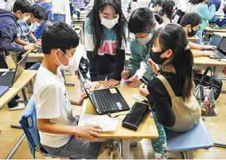 インターネットを駆使し、調べ学習をする6年2組の児童たち