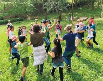 大人も子どもも一緒に遊ぶ