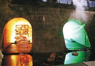 2つの異なる光の演出で彩られたトンネル
