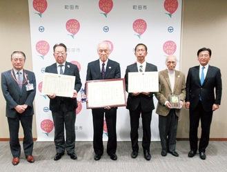 石阪丈一市長(写真左)にも受賞者らが報告へ