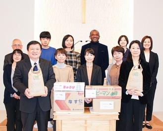 つるかわ学園への寄付に向かうメンバー(11月15日)