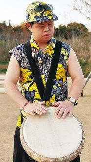 ジェンベを演奏する新倉壮朗さん