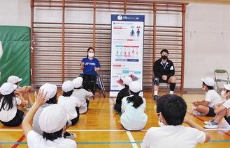 小倉選手(写真左)と中村選手(写真右)に質問をする児童
