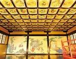 格天井には四季折々の花の絵が並ぶ