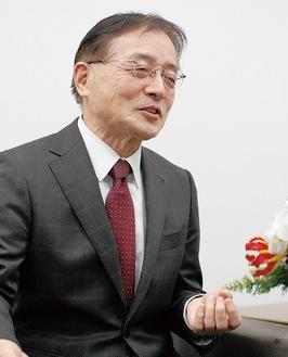 笑顔でインタビューに答える石阪市長