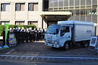 会場を出発するアサヒ飲料(株)のトラック