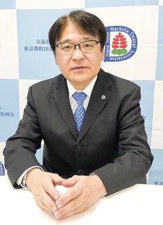 インタビューに応じる長崎会長