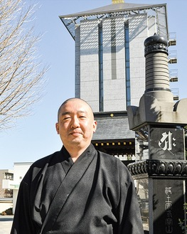 活動について説明する西川僧侶