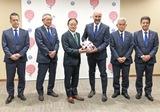 ボールを手にする石阪市長(左)とポポヴィッチ監督