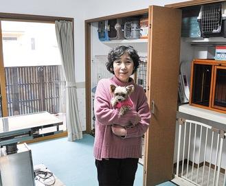 ケージや診察台が完備された部屋を紹介する其木代表