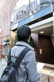 メモを手に市内を歩くmachiroさん