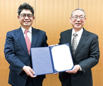 協定を結んだ土井理事長(右)と前田校長