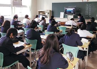スライドの発表を視聴する生徒