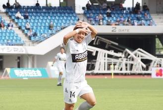 先制点を決めZポーズをする吉尾海夏選手©FCMZ