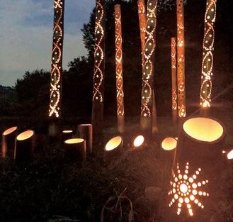 夜の部に灯される竹灯籠