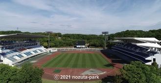 右側が新スタンド(野津田公園提供)