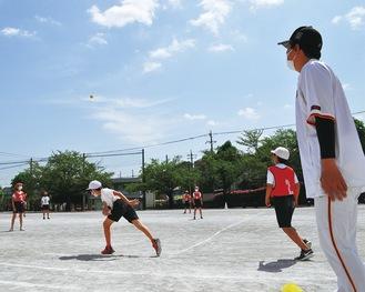 ベースボール型ゲームを取り入れた授業を楽しむ児童ら