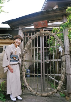 家の門に設置した茅の輪を披露する澤井師範