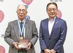 表敬訪問の最後には石阪市長との記念撮影に応じた